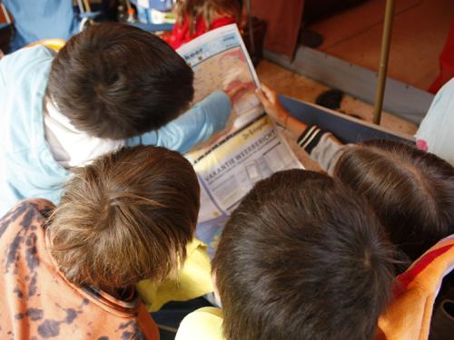 Verbondenheid met mensen en maatschappij: samen de krant lezen